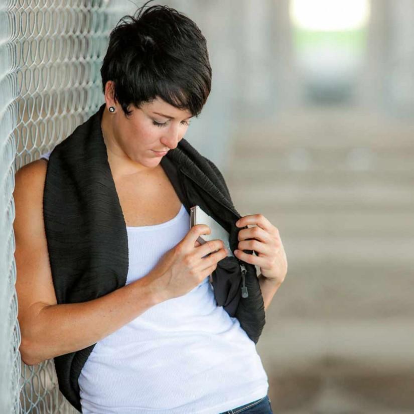 Yuk intip 8 cara memakai syal supaya terlihat stylish - infinity shrug scarf
