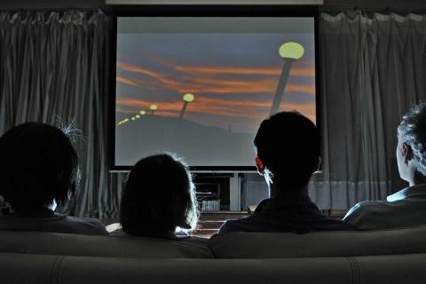 tips nonton seru di rumah - atur pencahayaan dan suara