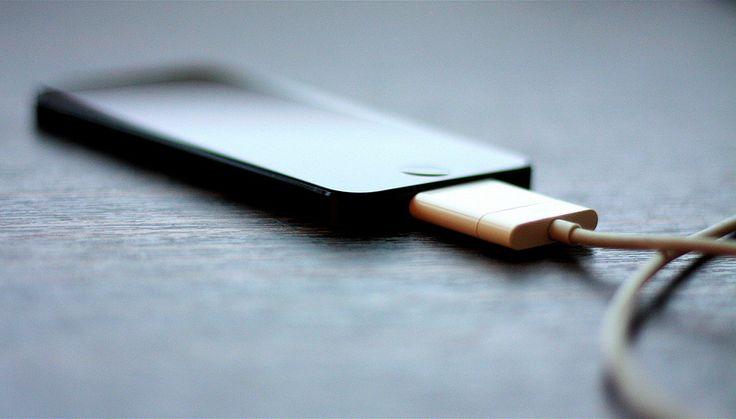 5 penyebab baterai ponsel tidak bisa terisi penuh - charger tidak terpasang dengan sempurna
