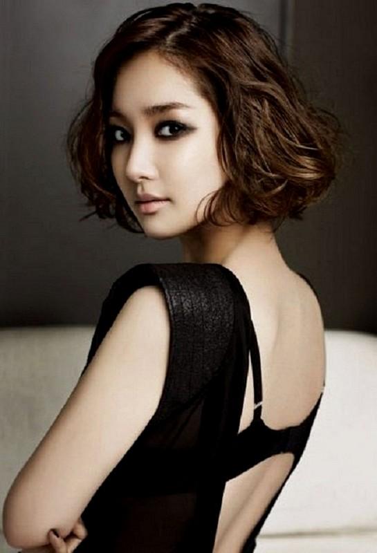 Model rambut wanita korea yang lagi trend - potongan pendek bergelombang