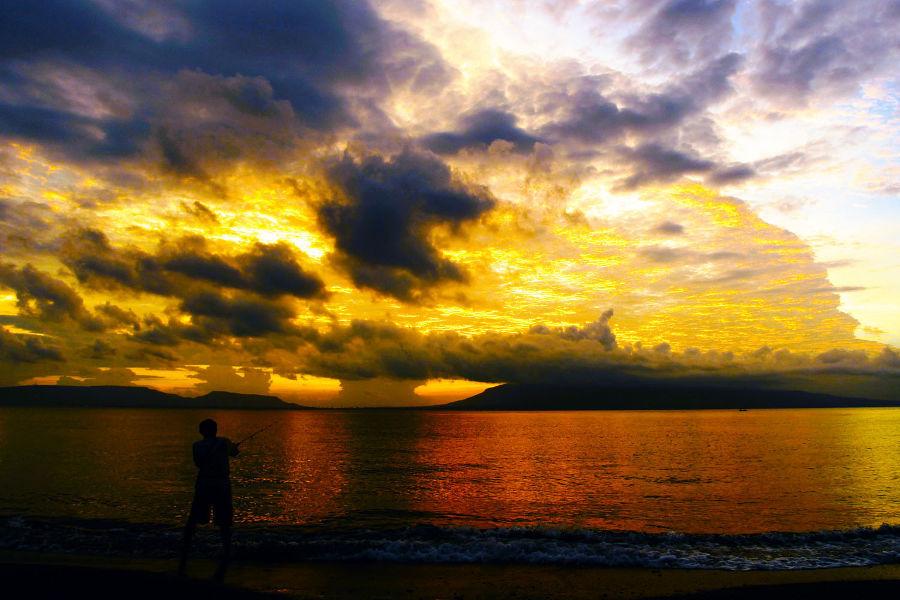 lokasi terbaik memotret matahari terbit - pantai ketapang