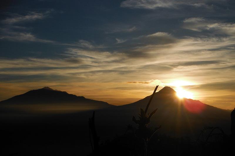 lokasi terbaik memotret matahari terbit - puncak suroloyo