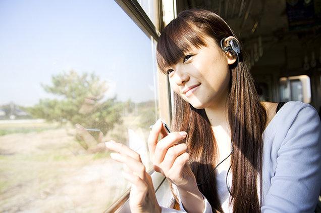 mendengarkan musik di kereta saat mudik