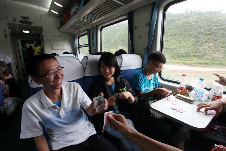 bermain dengan teman dan keluarga di dalam kereta api mudik