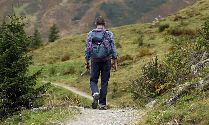 7 Kegiatan Menarik yang Bisa Dilakukan di Karimun Jawa - Hiking