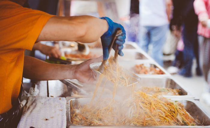 tips liburan - makan makanan lokal