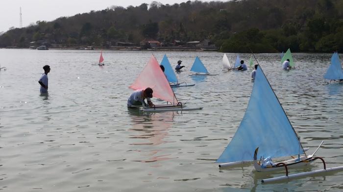 tradisi ngabuburit unik - balap perahu layar mini
