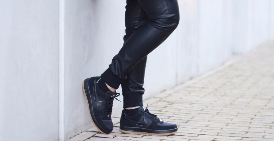 10 Model Sneakers Hitam Pria Favorit - Tokopedia Blog 25131d6409