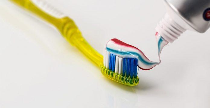 merek pasta gigi untuk memutihkan gigi / fluoride