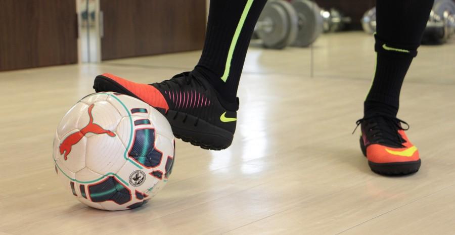 9a81df06289fd 15 Merk Sepatu Futsal Terbaik Sesuai Posisi - Tokopedia Blog