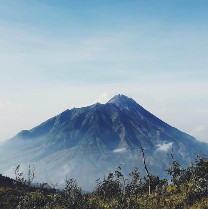 View Gunung Merapi di Gunung Merbabu