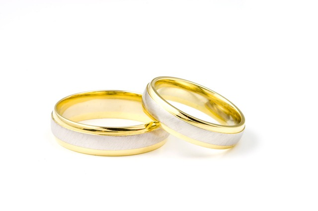 cincin dengan warna emas kuning
