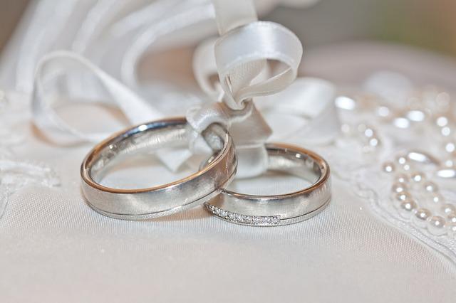 cincin pernikahan berbahan emas putih