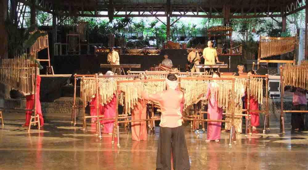 wisata bandung: saung angklung mang udjo
