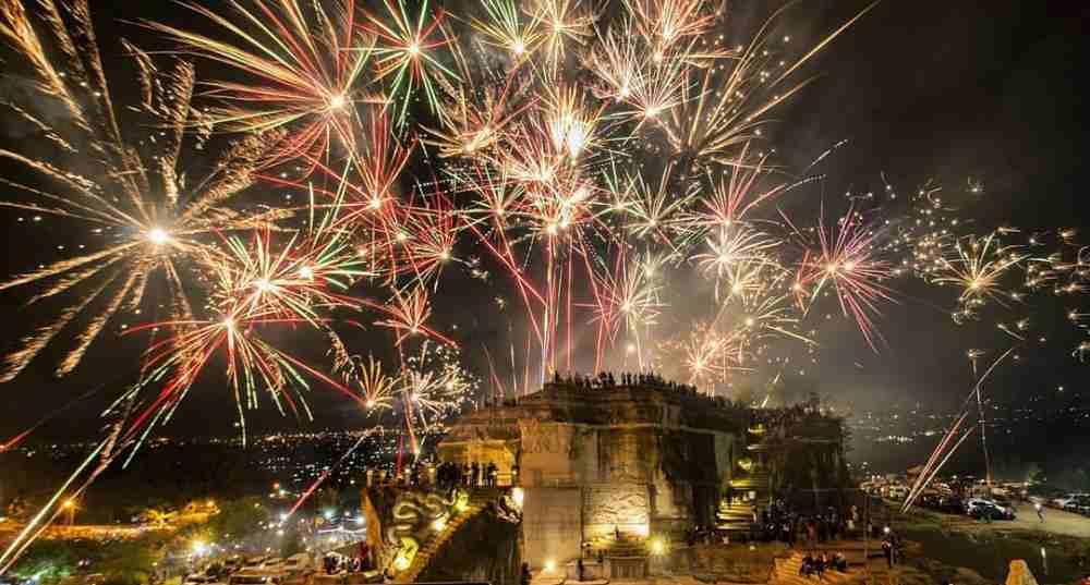 pesta kembang api malam tahun baru di tebing breksi