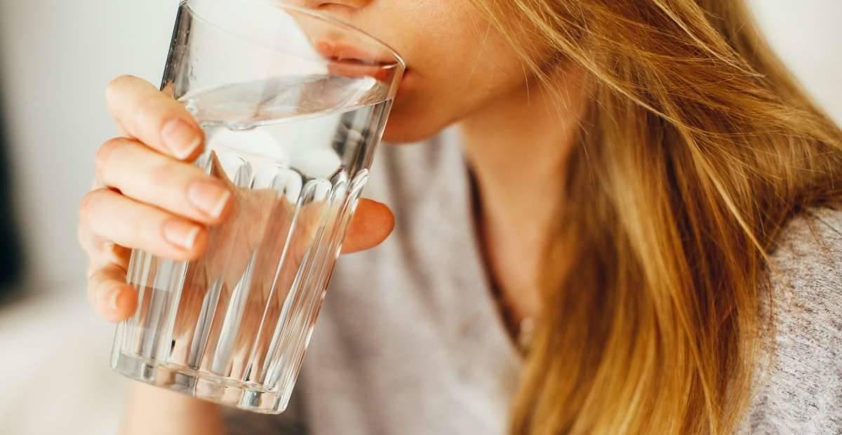 12 Manfaat Minum Air Hangat Awet Muda Hingga Hilangkan Stres
