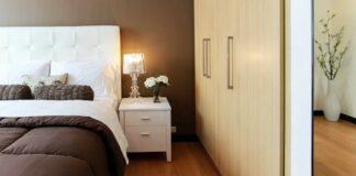 kamar tidur kecil terlihat luas