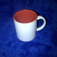 Mug warna dalam merah