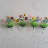 Hiasan kue ulang tahun rumput besar dengan bunga