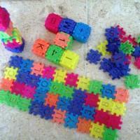 Lego jadul klasik bentuk kubus dengan huruf, angka, dan simbol