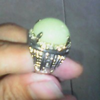 cincin batu fosfor natural menyala dalam hijau