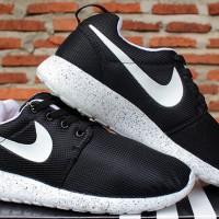 84516f318f910 ... new zealand ulasan produk sepatu olahraga sepatu running nike roshe run  hitam putih jambrins shop 1