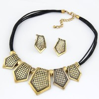 Set Kalung & Anting Modest Gold Color Vintage Hollow Style Alloy