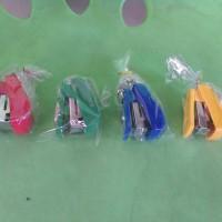souvenir pernikahan/cinderamata gantungan kunci staples/hekter