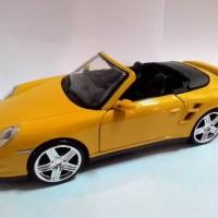 Motormax Porsche 911 Turbo Cabriolet  skala 1:24, Kuning.