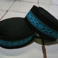 peci renda ulir corak biru tua khas Kalimantan