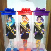 Boneka Barbie Wisuda