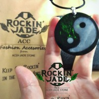 liontin Yin yang giok hitam black jade dan giok Putih Ice jade