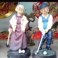 Pajangan kakek nenek main golf sama sama