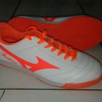 sepatu futsal mizuno fortune putih orange