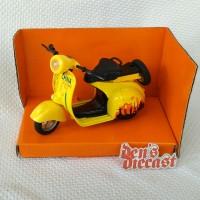 Miniatur scooter Vespa kuning skala 1/14 sd 1/18