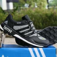 Sepatu olahraga pria jogging nongkrong keren terbaru Adidas Terrex