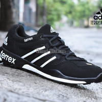 Sepatu Sport Adidas Terrex Boost Grade Ori / olahraga running outdoor