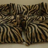 Sarung Bantal Sofa Bulu Motif Macan Gold