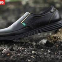 Sepatu Slip On Pria Kickers