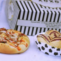 Paket snack box roti manis (pizza sapi dan blueberry hill)