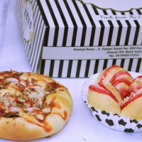 Paket snack box roti manis (pizza sapi dan strawberry crumble)