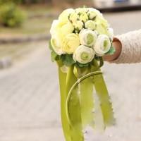 Bunga pengantin warna hijau lagi tren sekarang nih. seperti film Korea