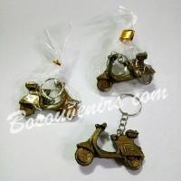 Souvenir gantungan kunci motor vespa