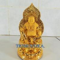Patung Buddha Mi Le Fo ber-aura emas duduk memegang tasbih.