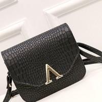tas pundak motif buaya V / crocodile V port small shoulder bag BTA031