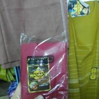 harga Sarung Tenun Wadimor motif polos Tokopedia.com