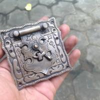 Overpal / grendel kuningan pengunci antik motif ukir kecil