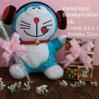 Jual Parsel boneka doraemon headset(kecil) + coklat + bunga/ kado valentine Murah