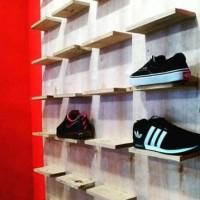 Etalase Rak Sepatu Murah untuk Toko Sepatu bahan Kayu Pinus Kombinasi