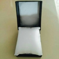 Box Kotak Jam Tangan Pria Dan Wanita Warna Hitam Dan Bantal Standard